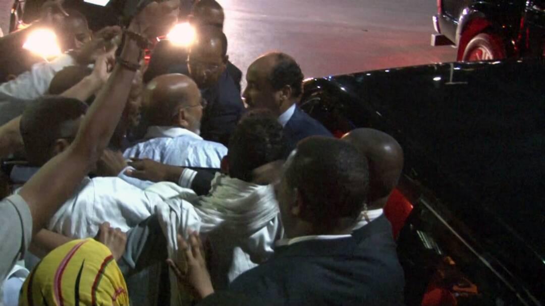 انظر كيف وقف ولد عبد العزيز لتحية نفر قليل يطالبه بمامورية ثالثة