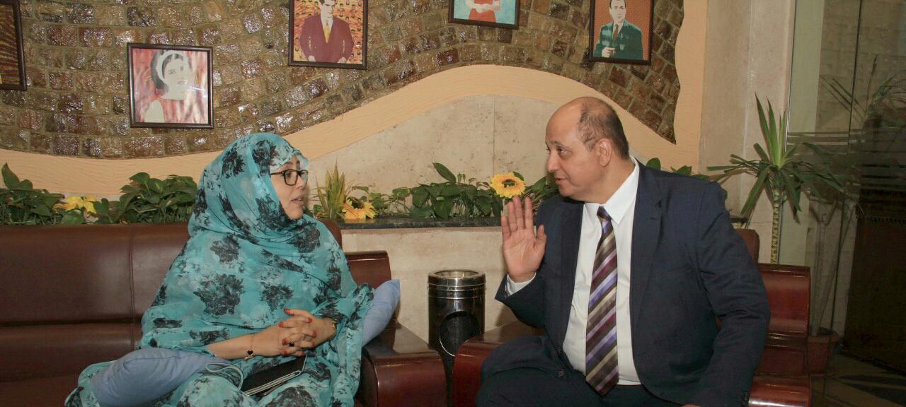85dfe350c رئيس شبكة اعلام المرأة العربية يلتقى مع الاعلامية الموريتانية امنيه سيدى  (صور)